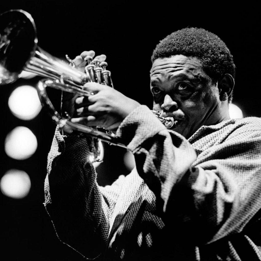 Hugh Masekela, leyenda del jazz sudafricano y opositor al apartheid.