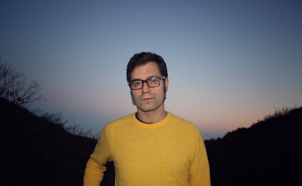 Miqui Otero, fotografiado por Elena Blanco, al filo del crepúsculo.