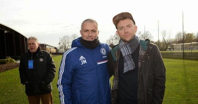 Damon Albarn y Jose Mourinho en el campo de entrenamiento del Chelsea.