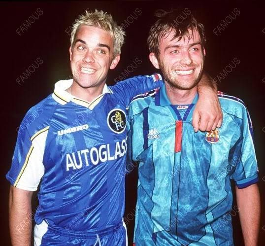 Robbie Williams y Damon Albarn, con sus camisetas del Chelsea y ek Barça.