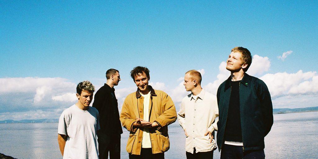Imagen promocional de los cinco miembros de Squid.