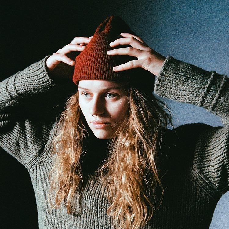 Imagen promocional de girl in red, la chica de rojo, Marie Ulven.
